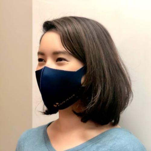 黒いマスクを着用している女性