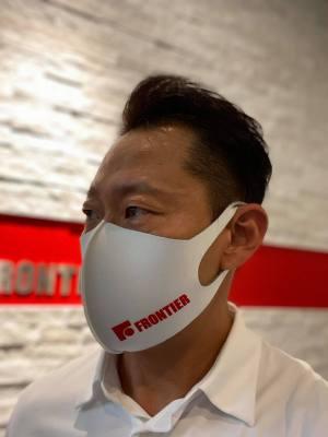 男性がマスクを着用している