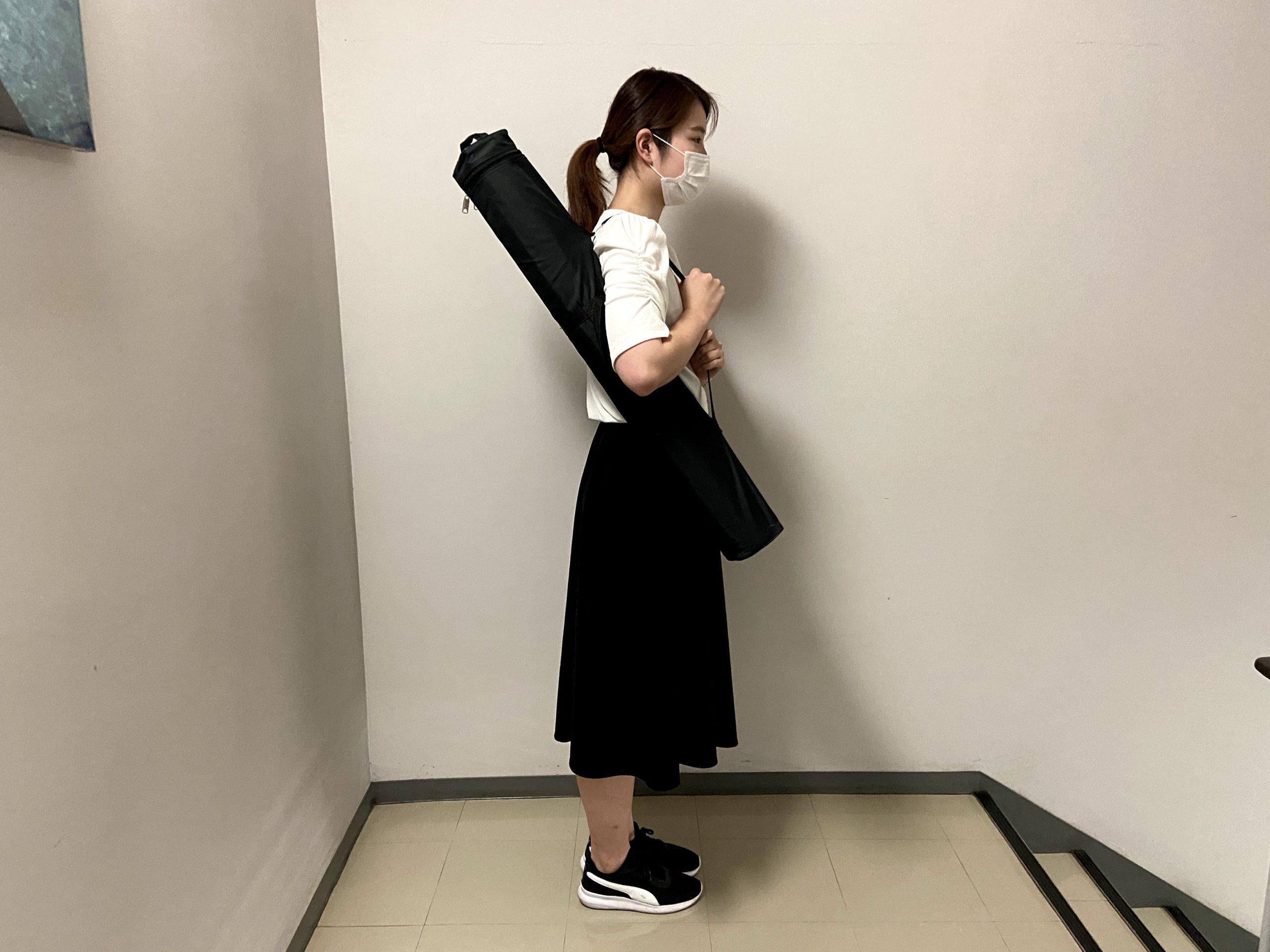 女性がロールアップバナーを持ち運んでいる