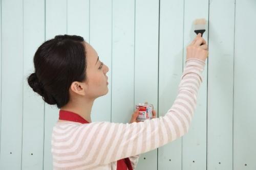 壁画を塗る女性